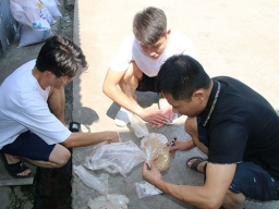 联大饲料总经理亲临一线指导西南大学研究生做鱼饲料配方实验
